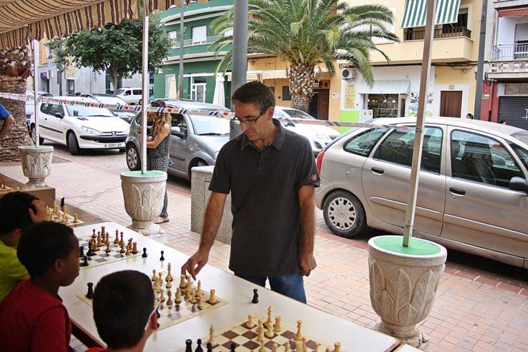 El jugador y Monitor Autonómico de Ajedrez Emilio Rico en plena acción